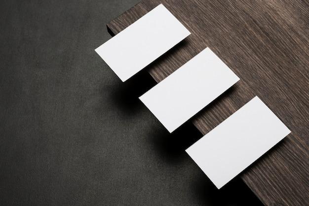 Cartões de visita de cópia de alta vista em um suporte de madeira