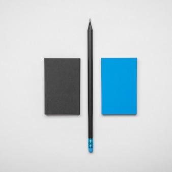 Cartões de visita e caneta pretos e azuis minimalistas