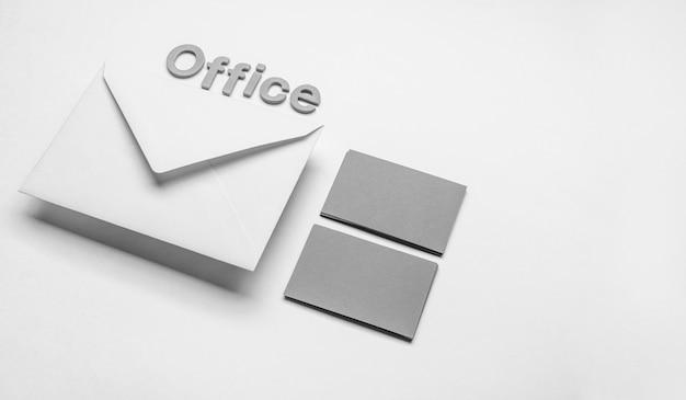 Cartões de visita e envelopes minimalistas de escritório