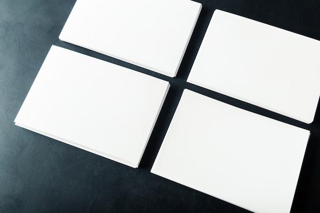 Cartões de visita em branco de papel apoiado na pilha