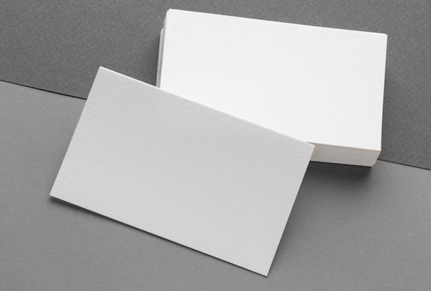 Cartões de visita em branco de papelaria corporativa em fundo cinza