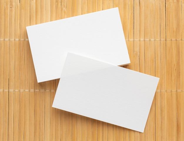 Cartões de visita em branco de papelaria corporativa em fundo de madeira