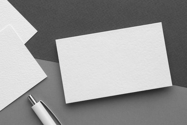 Cartões de visita em branco e papelaria corporativa e caneta branca