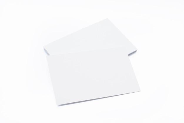 Cartões de visita em branco isolados no branco