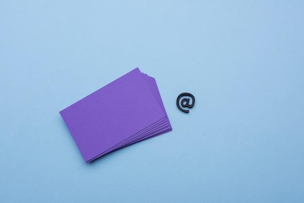Cartões de visita vazios e no símbolo de sinal