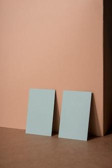Cartões de visitas brancos do negócio dos artigos de papelaria