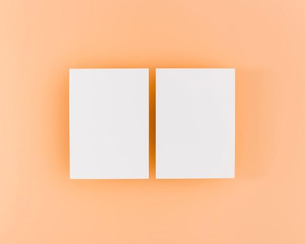 Cartões de visitas brancos dos artigos de papelaria da vista superior