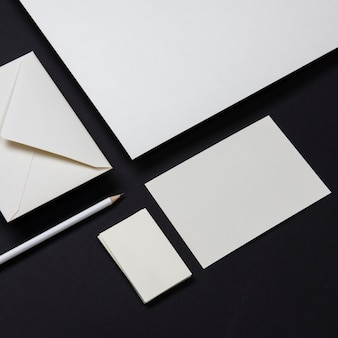 Cartões de visitas brancos elegantes do negócio dos artigos de papelaria