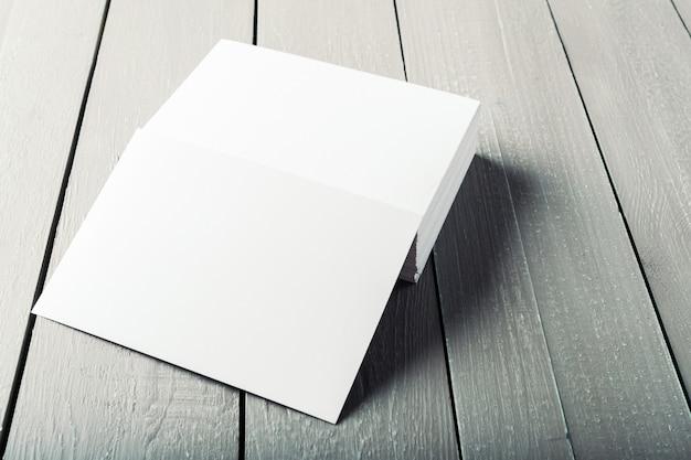 Cartões em branco em um fundo de madeira