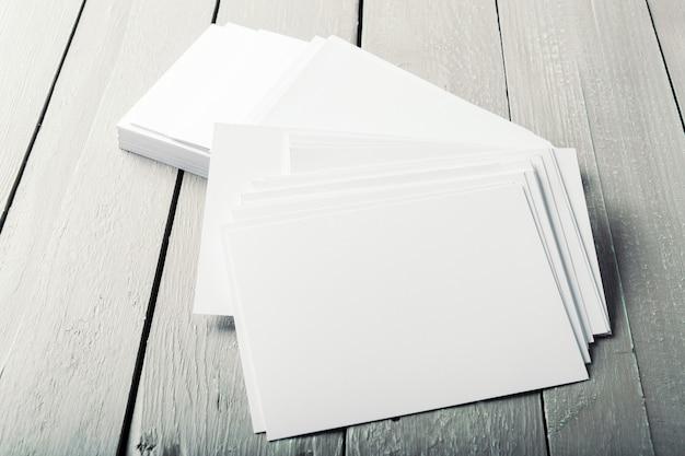 Cartões em branco em uma madeira