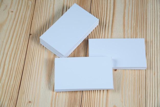 Cartões em branco na madeira