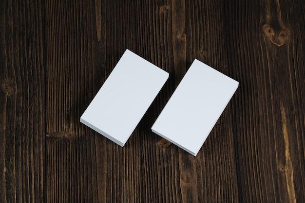 Cartões em branco na mesa de trabalho de madeira