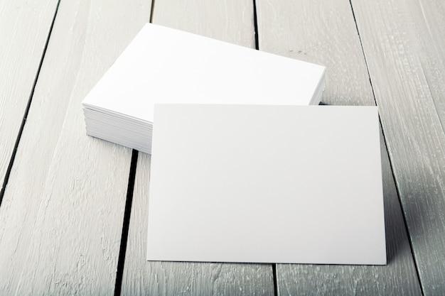Cartões em branco sobre um fundo de madeira
