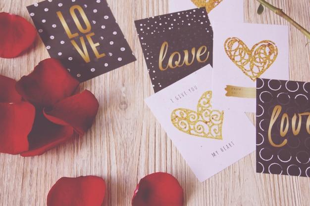 Cartões postais valentim e pétalas de rosa