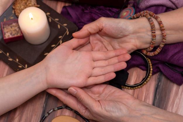 Cartomante da bruxa lendo a fortuna na mão das meninas.