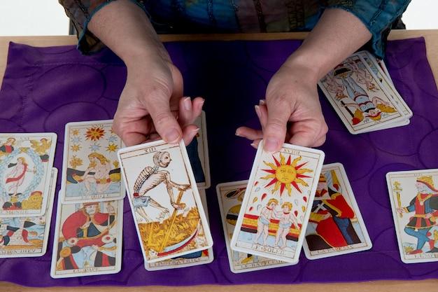 Cartomante mulher usando cartas de tarô