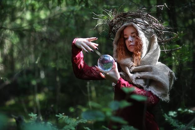 Cartomante realiza um ritual nas profundezas da floresta