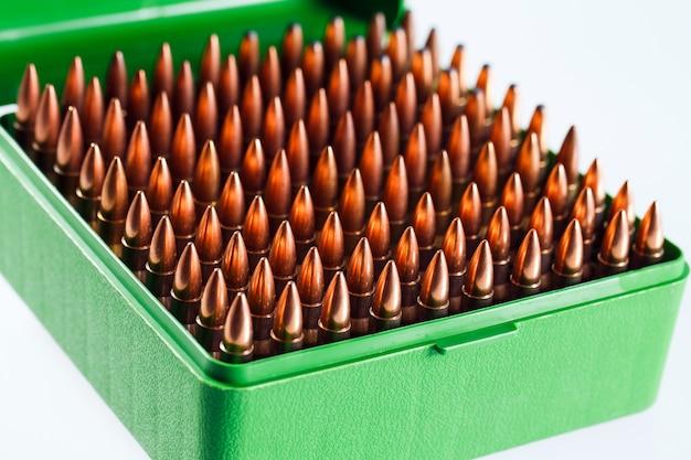 Cartuchos de caça em uma caixa de plástico. caixa de armazenamento de bala.