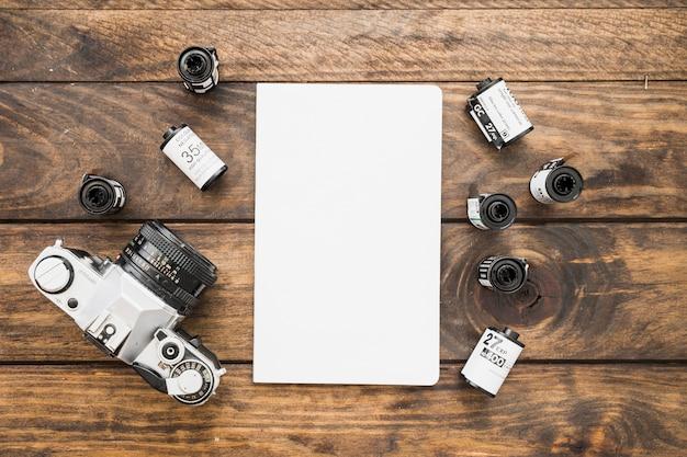 Cartuchos de câmera e filme em torno da folha de papel