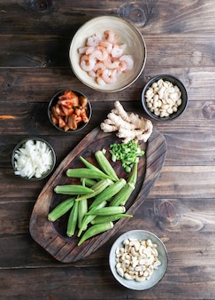 Caruru ingredientes, prato tradicional afro-brasileiro feito com quiabo e camarão seco, tomate., castanha de caju e amendoim