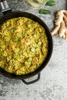 Caruru, prato tradicional afro-brasileiro feito com quiabo e camarão seco, tomate., castanha de caju e amendoim