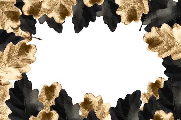 Carvalho pintado à mão preto e dourado deixa moldura em um fundo branco isolado com espaço de cópia luxo outono modelo outono