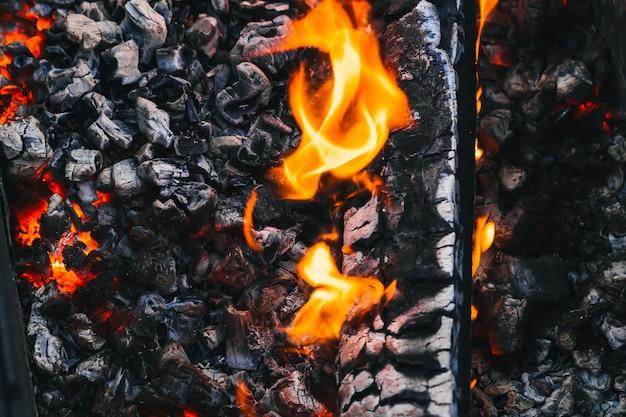 Carvão ardente no fogo para churrasco