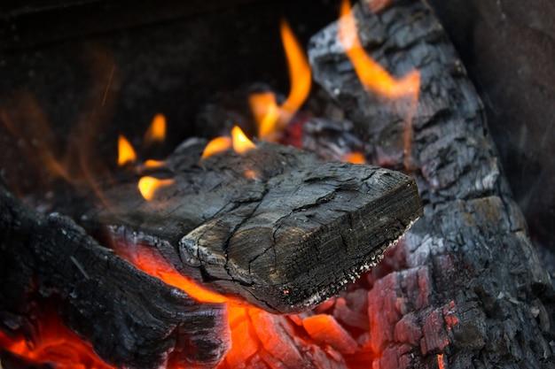 Carvão ardente quente, chama de fogo