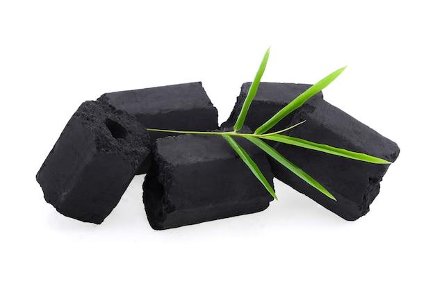 Carvão de bambu isolado em fundo branco