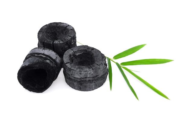 Carvão de bambu isolado no branco
