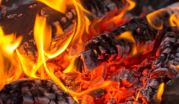 Carvão de churrasco, carvão ardente