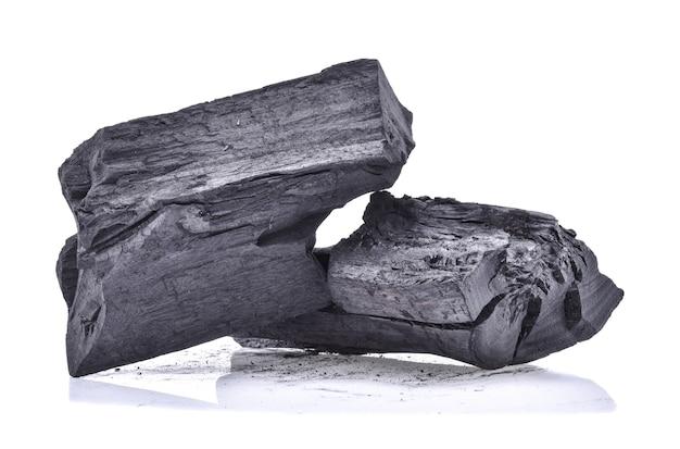 Carvão de madeira dura isolado no fundo branco