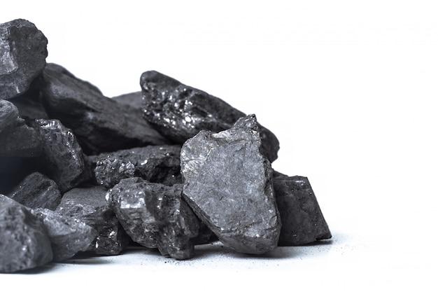 Carvão de madeira natural isolado no branco