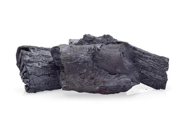 Carvão de madeira natural isolado no fundo branco
