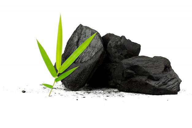 Carvão de madeira natural o pó de carvão de bambu tem propriedades medicinais com o carvão tradicional