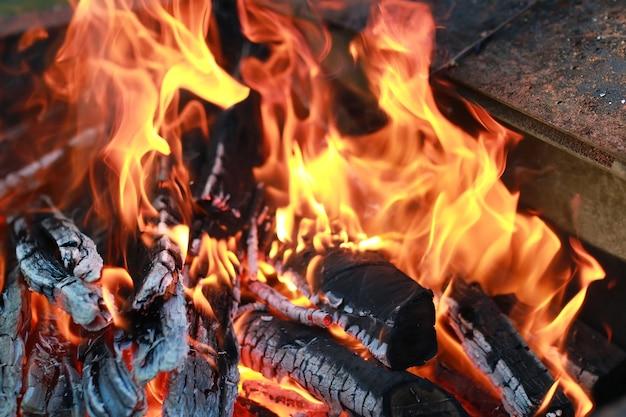 Carvão e chama de fogo