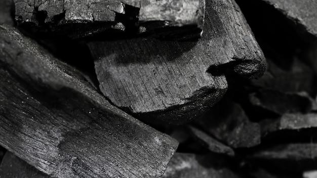 Carvão preto no piso texturizado preto carvão vegetal reesidue preto de carbono produzido por forte aquecimento