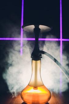 Carvão quente do cachimbo de água na tigela de shisha com fundo preto