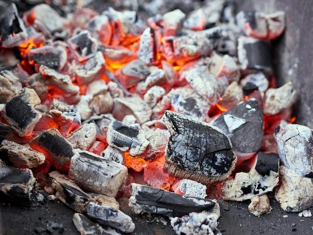 Carvão quente na churrasqueira