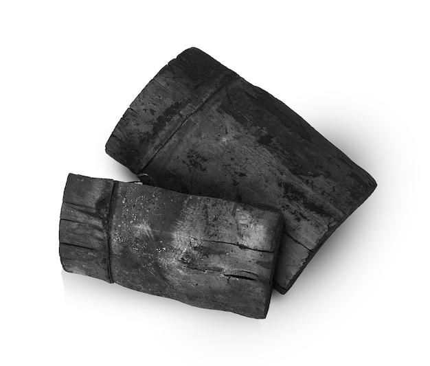 Carvão vegetal de bambu isolado na parede branca.