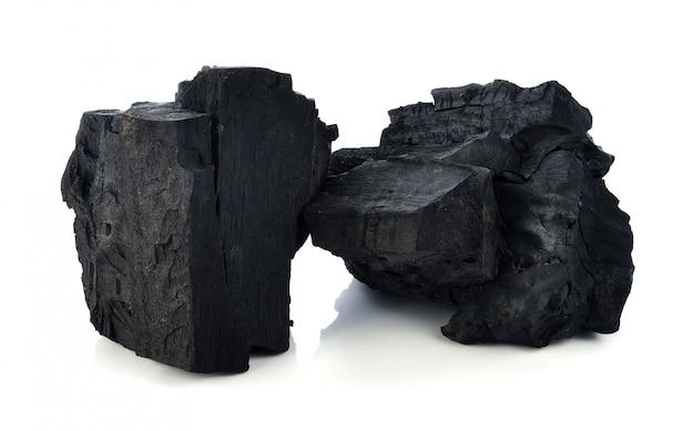 Carvão vegetal de folhosa isolado no branco.