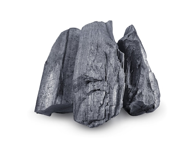 Carvão vegetal de madeira natural. carvão tradicional ou carvão de madeira dura isolado