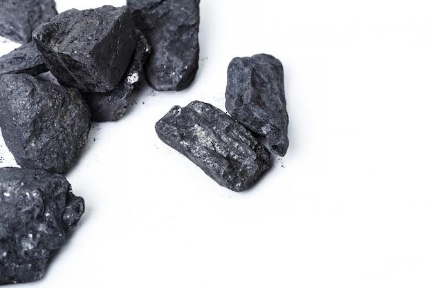 Carvão vegetal de madeira natural isolado no branco