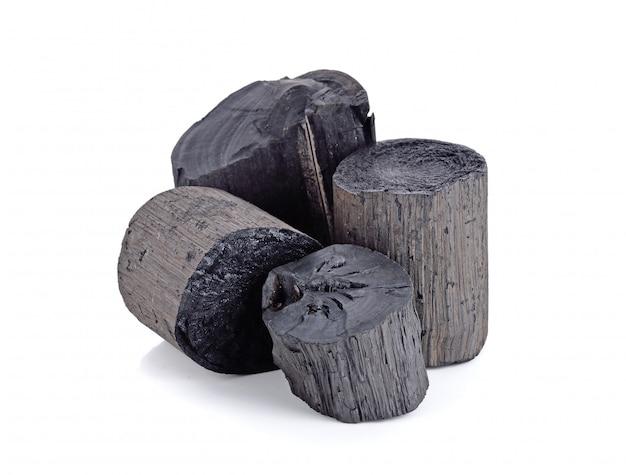 Carvão vegetal de madeira preto natural isolado no branco