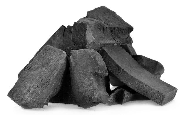 Carvão vegetal isolado em fundo branco