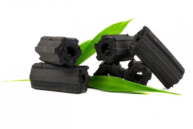 Carvão vegetal isolado no branco