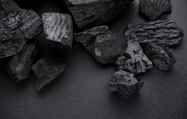 Carvão vegetal no chão preto