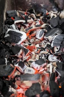 Carvão vegetal perto quente em churrasco