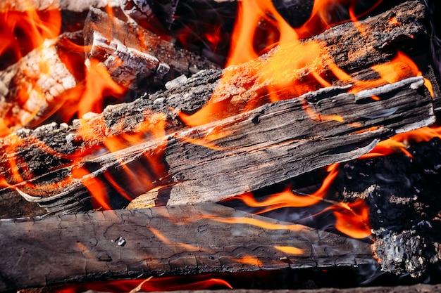 Carvões ardentes de lenha