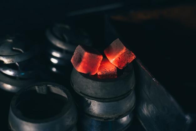 Carvões vermelhos quentes para cachimbo de água na taça